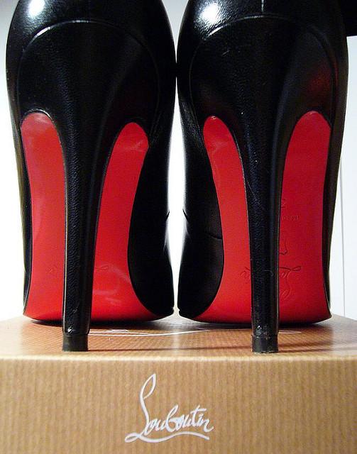 la grande blonde avec une chaussure semelle rouge ou l affaire louboutin sedlex. Black Bedroom Furniture Sets. Home Design Ideas